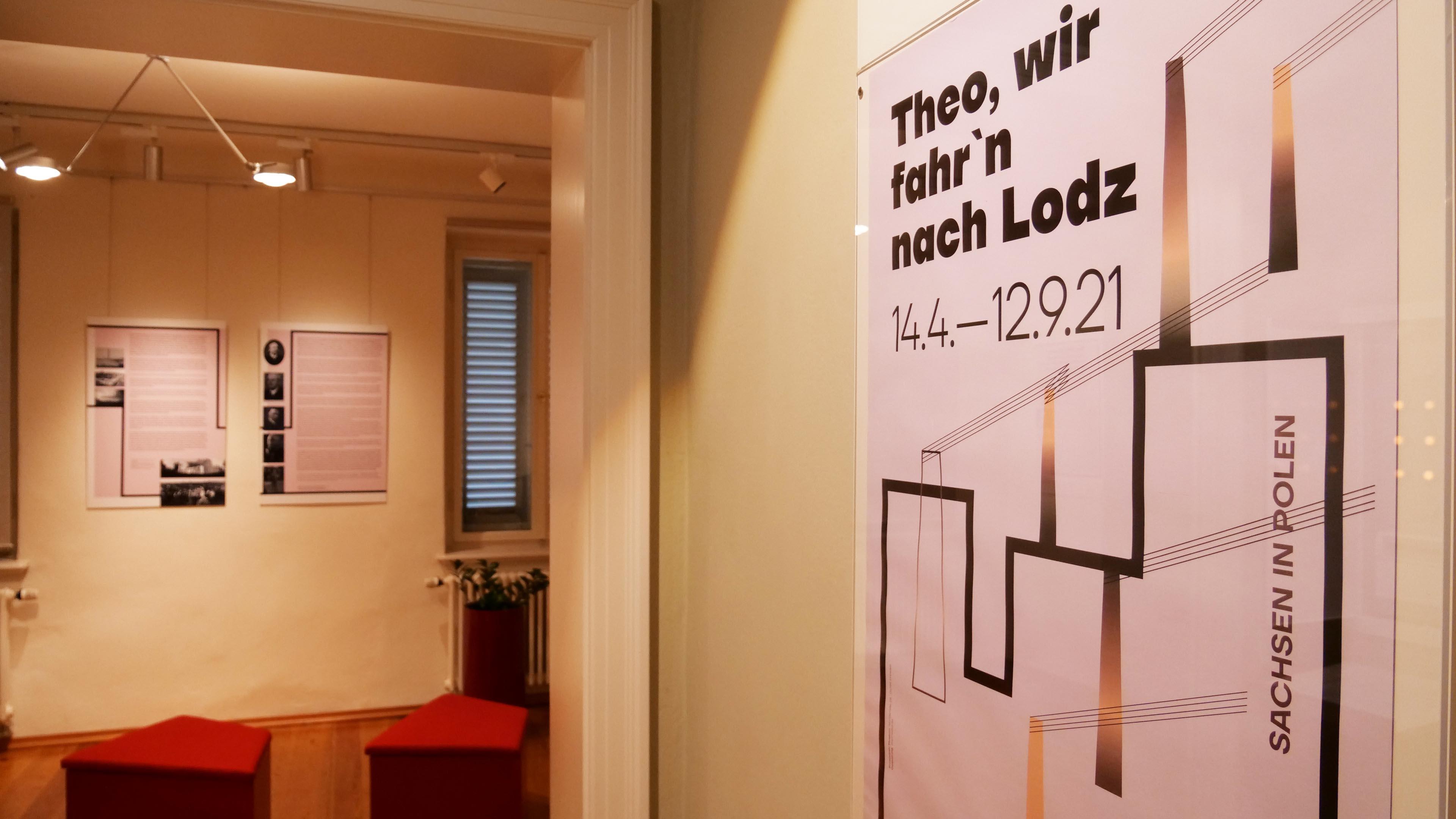 Eingangsbereich der Ausstellung mit Plakat im Vordergrund
